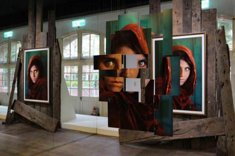 以《阿富汗少女》成名的攝影師史帝夫‧麥柯里,現於台北當代藝術館展出130幅作品,直擊戰地的紀實影像撼動人心。(圖/非池中藝術網提供)