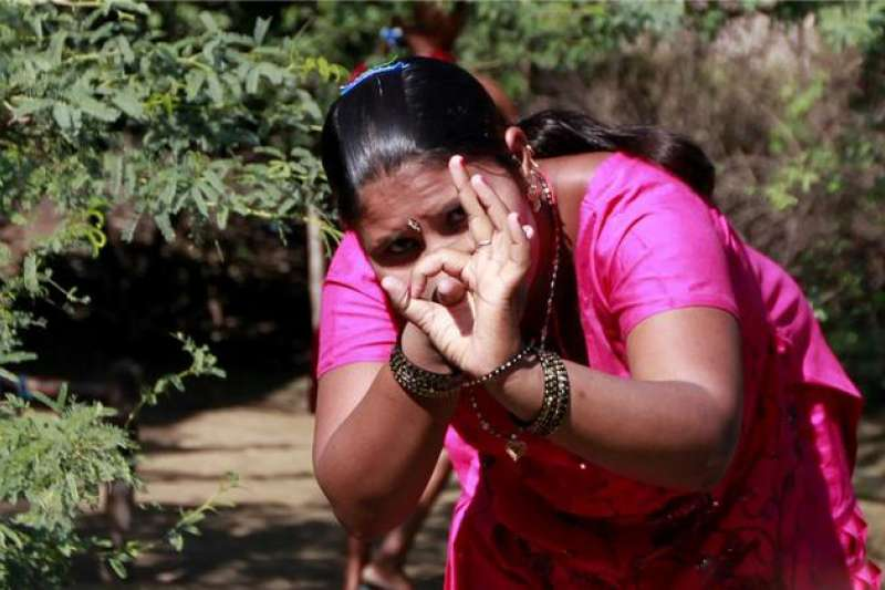在印度的荒郊野外,有間白色的小房子,女人直接在裡面「開工」。(圖/言人文化提供)