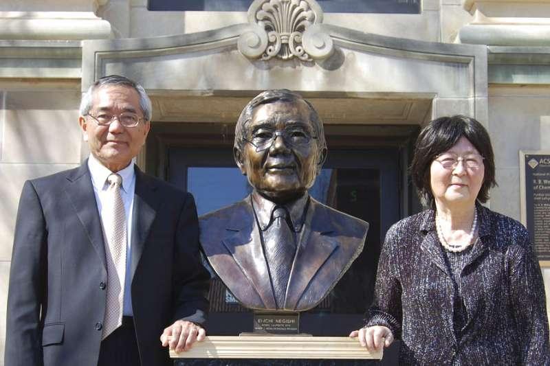 2010年諾貝爾化學獎得主根岸英一(左),13日駕車發生車禍,妻子根岸堇(右)不幸逝世。(AP)