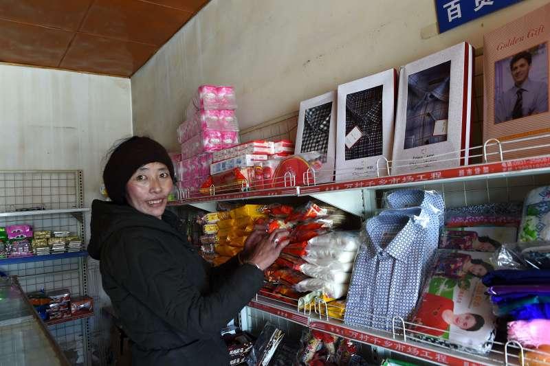 拉薩帕玉村牧民措姆的小超市(新華社)