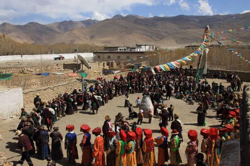 西藏定日縣藏族群眾慶祝「四秧節」(新華社)