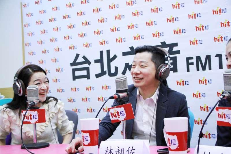 時代力量立委林昶佐今(15)接受廣播專訪,表示確實有民進黨的朋友正式邀請他入黨。(Hit Fm《蔻蔻早餐》製作單位提供)