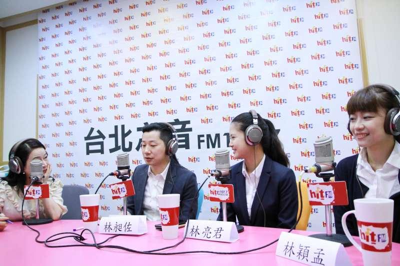 20180315-時代力量立委林昶佐(左二)今(15)接受廣播專訪,表示確實有民進黨的朋友正式邀請他入黨。(Hit Fm《蔻蔻早餐》製作單位提供)