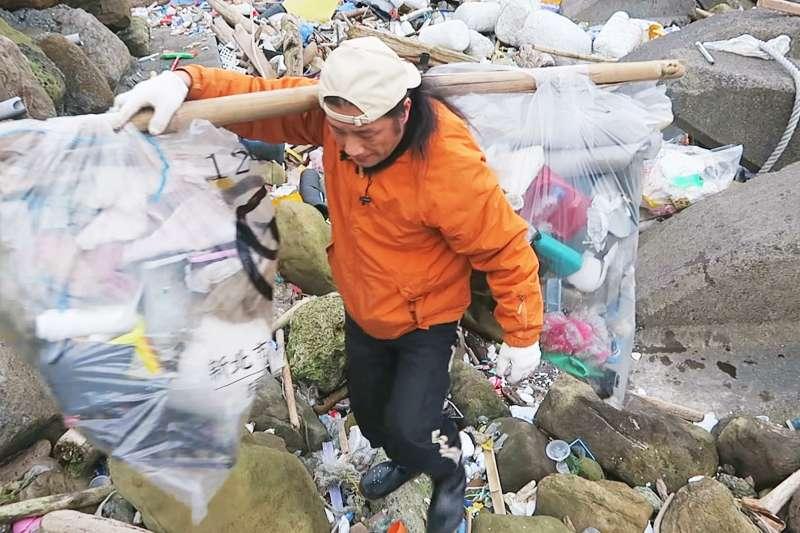 成堆垃圾撿也撿不完,但陳信助深信,自己堅持做下去,一定能感染更多人一起參與。(圖/陳信助提供)