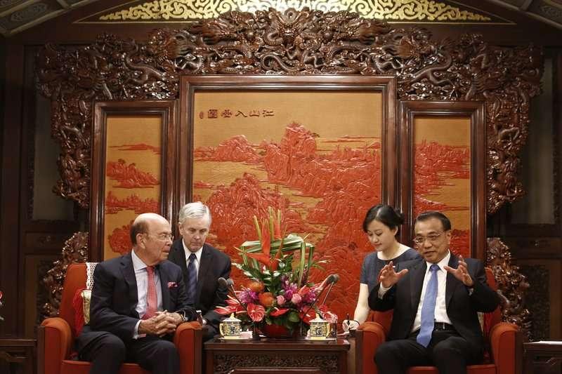 美國商務部長羅斯與中國國務院總理李克強。(美聯社)
