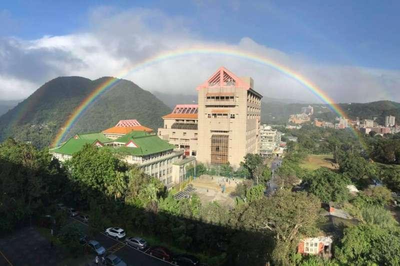 2017年11月30日出現在陽明山的彩虹持續長達9小時,打破原本的6小時紀錄,明(17)日將舉行金氏世界紀錄授證典禮。(翻攝自天氣職人-吳聖宇@facebook)