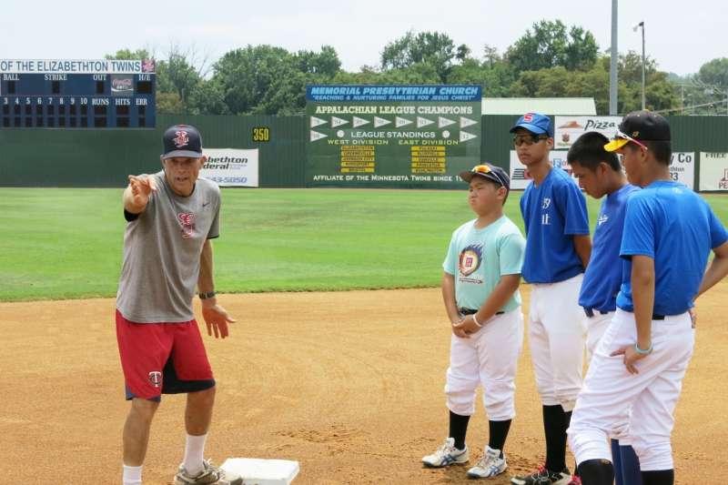 美國人認為運動是教育很重要的一環,美國教練不只教棒球,還強調學業在運動路上扮演的重要性。(台灣運動產業協會提供)