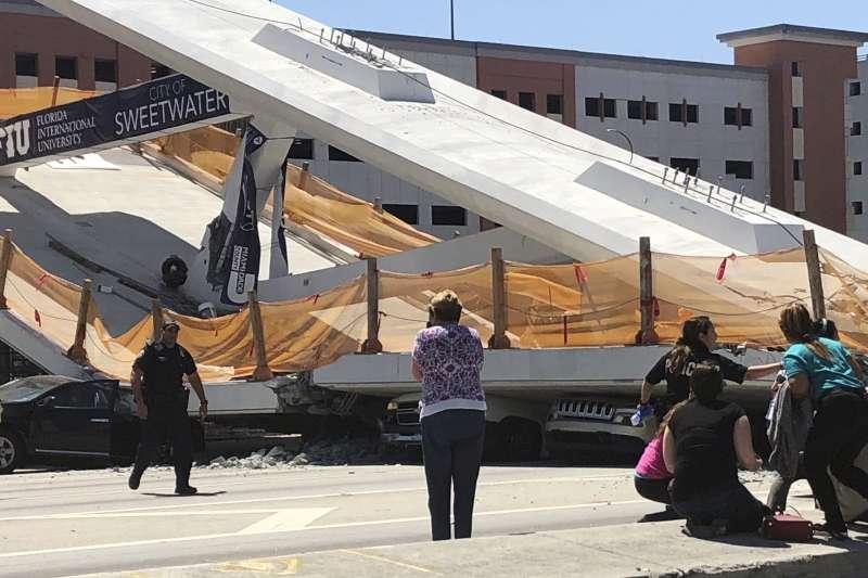美國佛羅里達國際大學一座興建中的天橋15日發生崩塌,造成多人死傷。(AP)