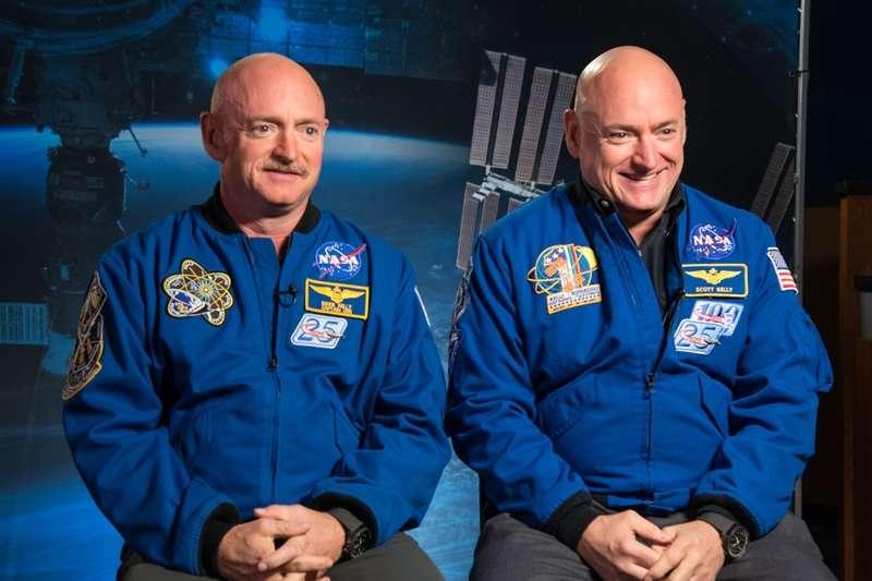 太空人Scott Kelly(右)回到地球後,將基因和他待在地球的同卵雙胞胎哥哥馬克(Mark)做廣泛比較,發現這對雙胞胎基因不再完全相同。(圖/取自NASA)