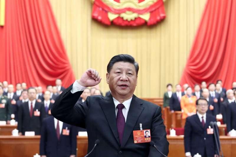 中國第十三屆全國人大一次會議在北京人民大會堂舉行第五次全體會議,習近平當選連任國家主席,進行宣誓。(美聯社)