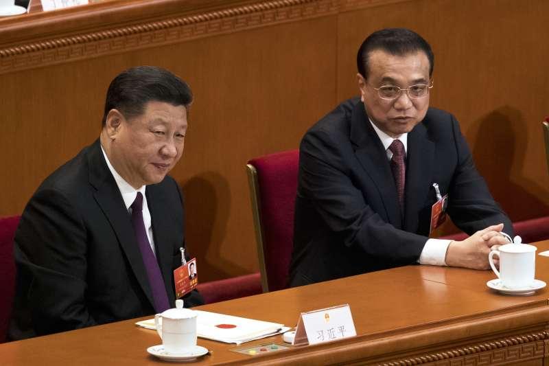 中國第十三屆全國人大一次會議在北京人民大會堂舉行第五次全體會議,習近平與李克強。(美聯社)