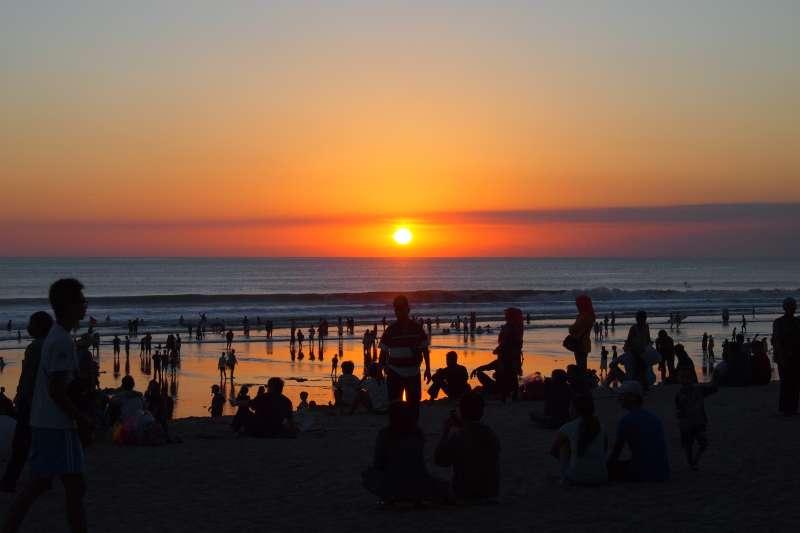 庫塔沙灘(Kuta beach)的夕陽,是峇里島的著名美景之一,吸引無數觀光客駐足。(Roland@Flickr/CC BY-SA 2.0)