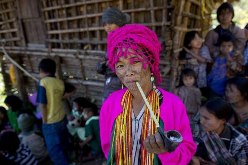 居住在欽邦(Chin State)臉上帶有傳統紋身的Munn部族婦女。(AP)