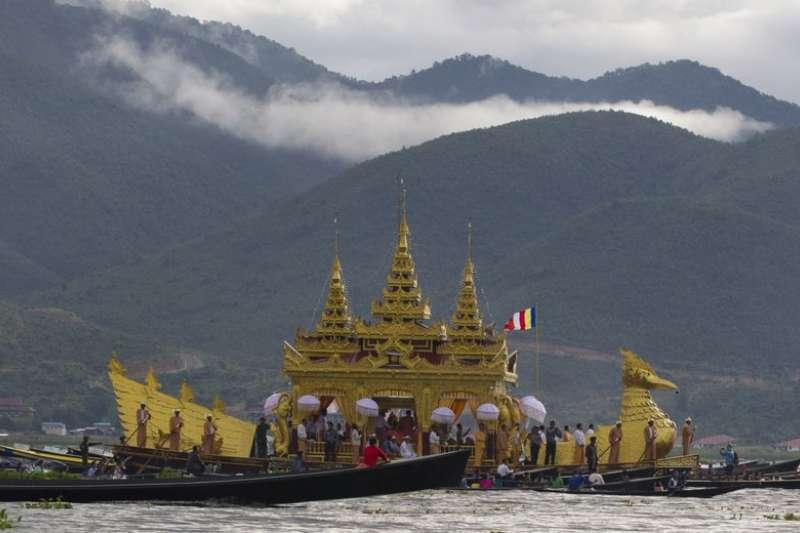 在撣邦(Shan State)南部的茵萊湖(Inle Lake)上,正承載著一艘慶祝年度寶塔節的船隻。(AP)