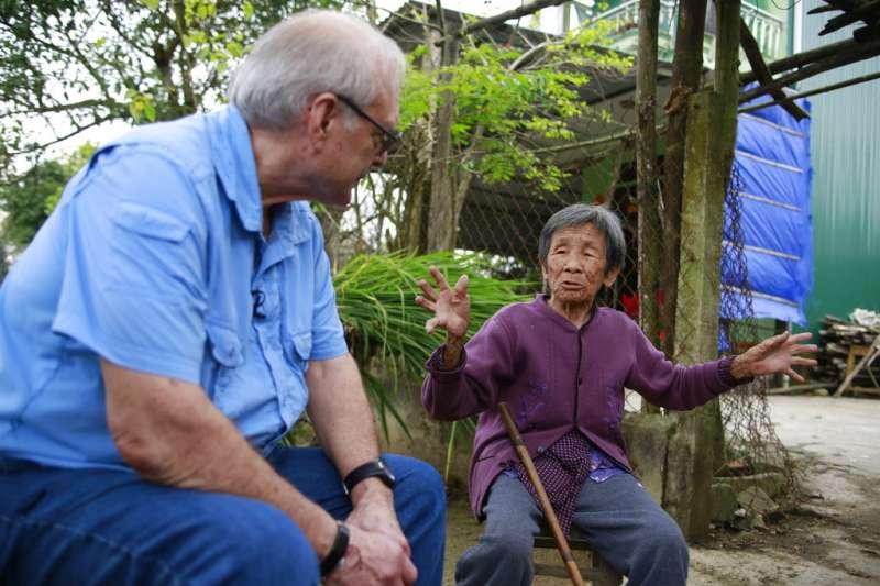 拍下美萊村大屠殺的越戰美軍攝影官黑柏勒(左),15日回到美萊村,聆聽倖存者(右)講解事發經過。(AP)