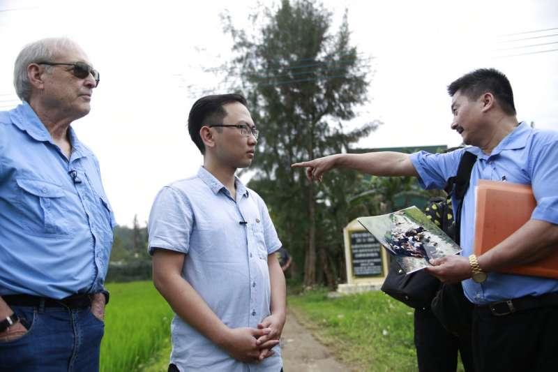 拍下美萊村大屠殺的越戰美軍攝影官黑柏勒(左)15日回到美萊村,聆聽倖存者陳文德(右)講解事發現場。(AP)