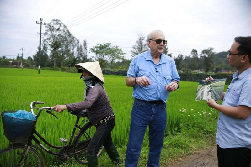 美萊村大屠殺50周年,拍下屠殺慘況的越戰美軍攝影官黑柏勒(Ron Haeberle),15日回到美萊村,與越南電視節目主持人重回事發現場。(AP)