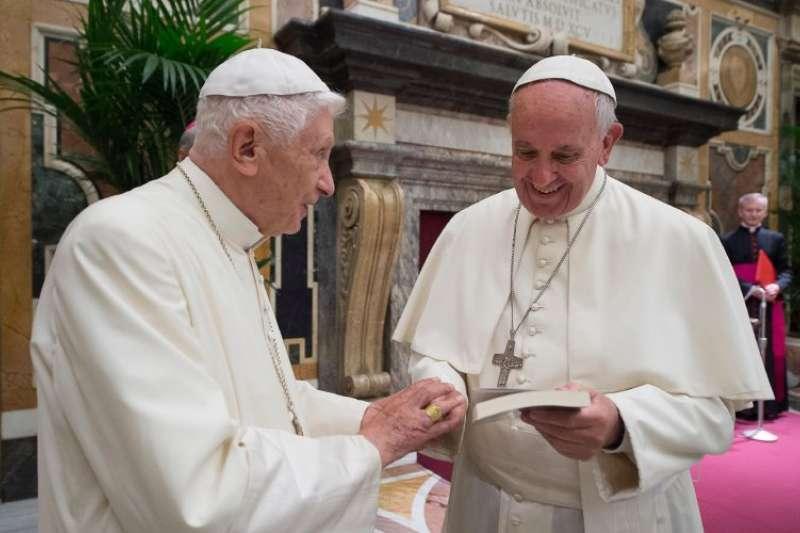 前教宗本篤十六世(Pope Benedict XVI,圖左)與教宗方濟各(Pope Francis)。(AP)