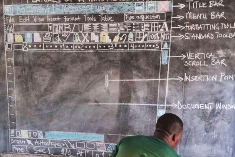 儘管非洲缺乏電腦軟硬體設備,一位熱血的年輕教師仍不放棄,決定利用黑板「紙上談兵」。(圖/數位時代提供)