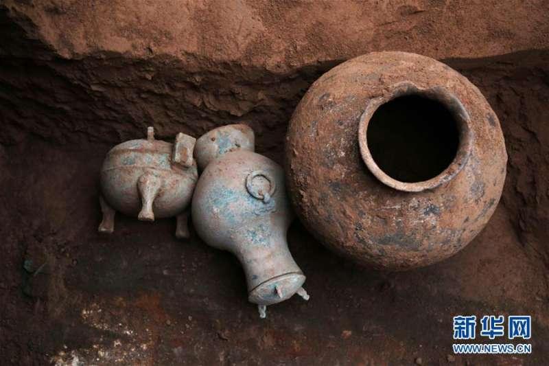 西咸新區空港新城岩村秦人墓葬發掘中發現的盛有古酒的銅壺。
