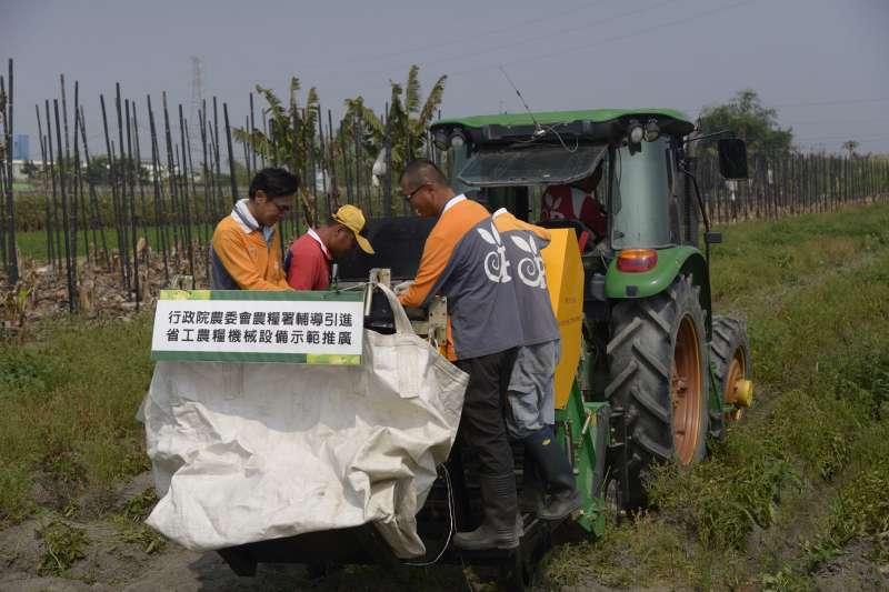 雲林縣精緻農業生產合作社引進「新式馬鈴薯收穫機」, 解決農村勞力不足困境。(圖/雲林縣政府提供)