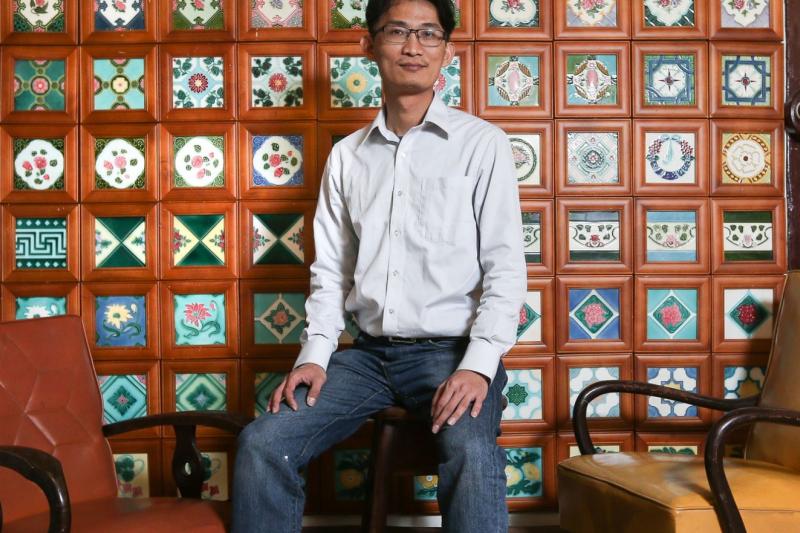 被台灣人稱為「花磚」的四方形彩瓷面磚,蘊藏豐富歷史背景及文化意涵,卻隨著老屋的拆遷不斷消逝。(圖/中央社提供)