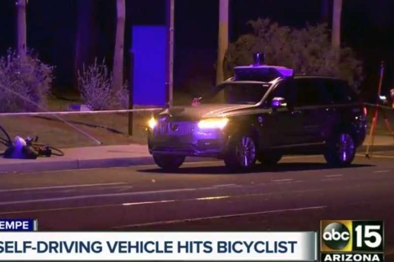 今年3月發生的Uber自駕車致死事件,最新調查結果出爐,發現肇事原因竟然是駕駛座上的監督人員,用手機在看影片而導致意外。(美聯社)