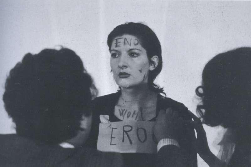 被譽為「行為藝術之母」南斯拉夫藝術家 Marina Abramovic。(圖/言人文化提供)