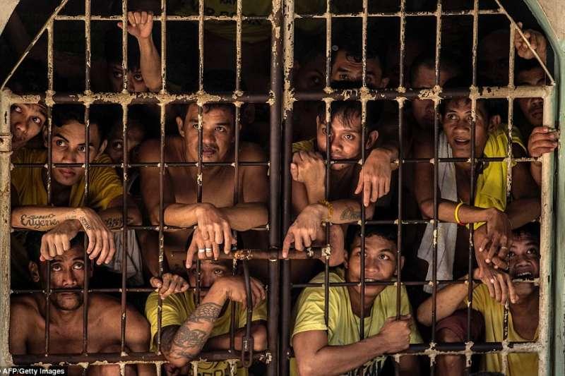 菲律賓的奎松市監獄空間狹小,常常只能住10幾人的小房間一次就得擠百人以上。(圖/言人文化提供)