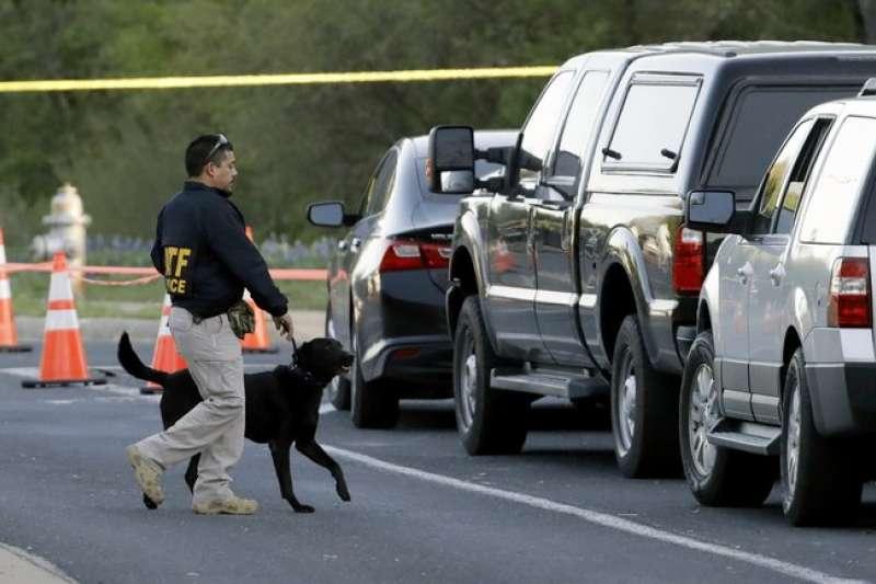 德州首府奧斯汀18日發生本月第4起爆炸案,鑑識人員與鑑識犬19日在爆炸現場附近採證,希望能釐清爆炸案的案發經過。(AP)