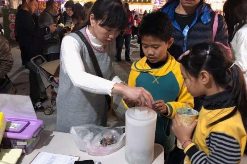 環保局特別在台灣燈會綠能環保燈區設置資源回收宣導攤位,讓民眾攜帶廢電池兌換宣導品。(圖/嘉義縣政府提供)