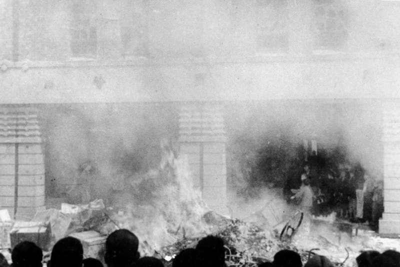 因緝菸血案造成一死一傷,2月28日上午10時憤怒的群眾包圍專賣局臺北分局並焚燒物件(圖/二二八事件@wiki)