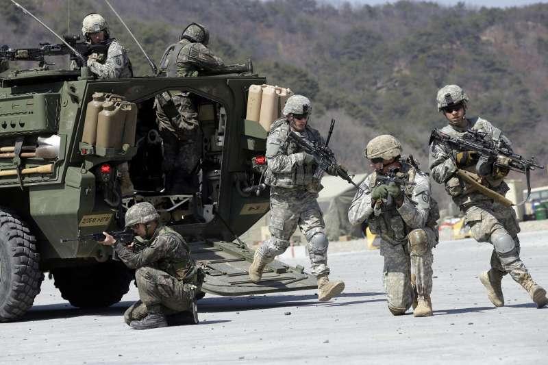 美國軍事戰略分析專家佛里曼分析,現代戰爭的軍隊能以分隊為單位獨立作戰,將軍不必再下達細部戰術指導。圖為2015年駐韓美軍參與「鷂鷹」(Foal Eagle)聯合軍演。(AP)
