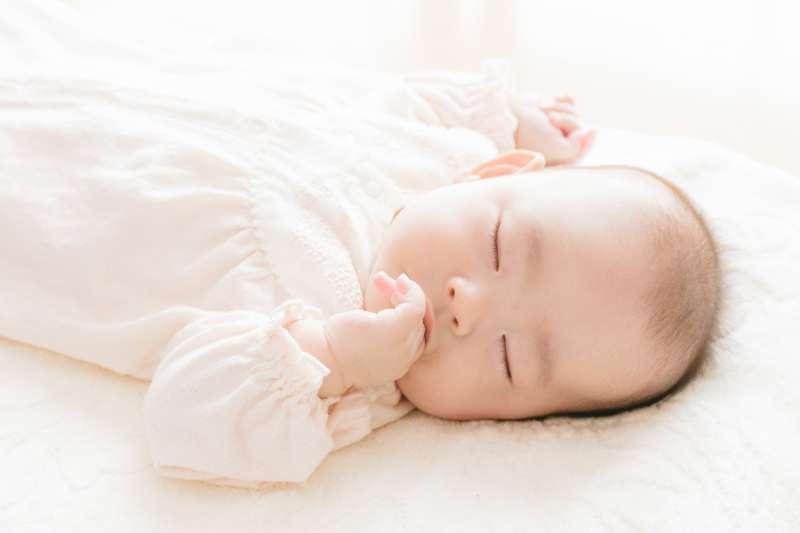小寶寶剛剛入睡時還處於淺睡眠階段,所以很容易放下就醒。(示意圖非本人/pakutaso)
