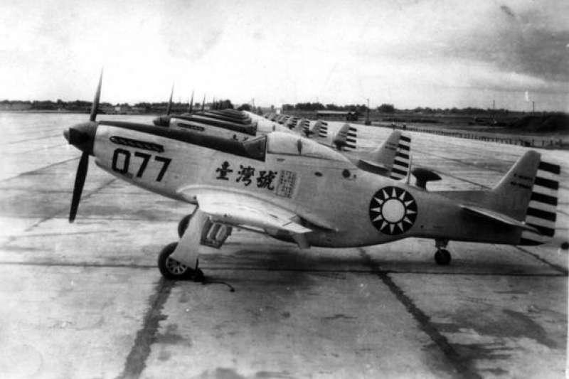 作者說,在當時絕大部分來華的美軍飛行員都把血幅縫在飛行夾克的背上,也有人是縫在衣服裡面,少數則是放在兜裡隨身攜帶,跳傘安全落地之後再拿出來向中國百姓求救。圖為中華民國空軍的P-51。(資料照,取自維基百科)