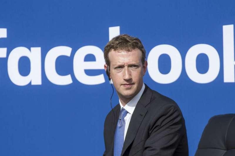從Facebook爆發五千萬用戶個資外洩事件後,執行長馬克·祖克伯與營運長雪柔·桑德伯格持續神隱,危機處理能力備受質疑,引發員工不滿。不僅股價下跌,社群上也出現刪除臉書(#deletefacebook)的活動。(圖/取自Twitter,數位時代提供)