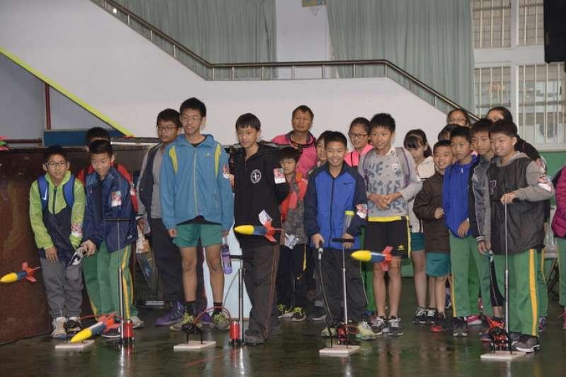 學童體驗發射水火箭。(圖/雲林縣政府提供)