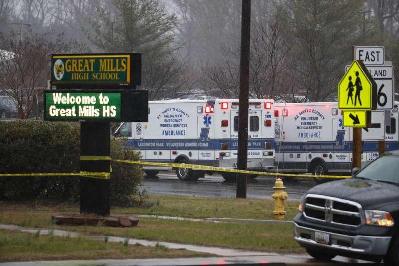 美國馬里蘭州的大磨坊高中20日上午發生槍擊案,現場已被警方圍起封鎖線。(美聯社)