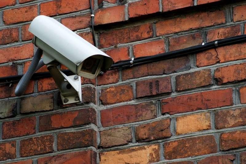 中國監控系統也開始結合人工智慧了,貴陽市的監視系統高達90%準確率,當局更打算將「天網」監控系統進一步發展,導入2萬支結合人臉辨識的監視器,透過大數據提升社會治安管理。(圖/pixabay)