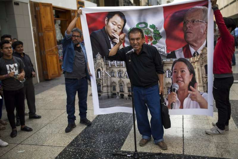 庫琴斯基宣佈辭職後,秘魯民眾在街頭痛罵政客貪腐。(美聯社)