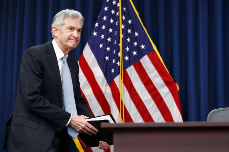 聯準會新任主席鮑威爾21日首度主持新聞發佈會。(美聯社)