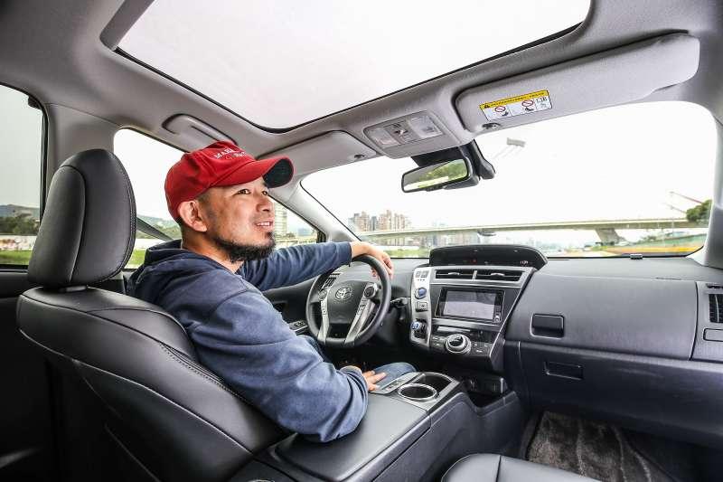 Toyota Prius α具備寬闊的中控台,超大車內空間讓您遇見家的美好。(圖/Toyota)