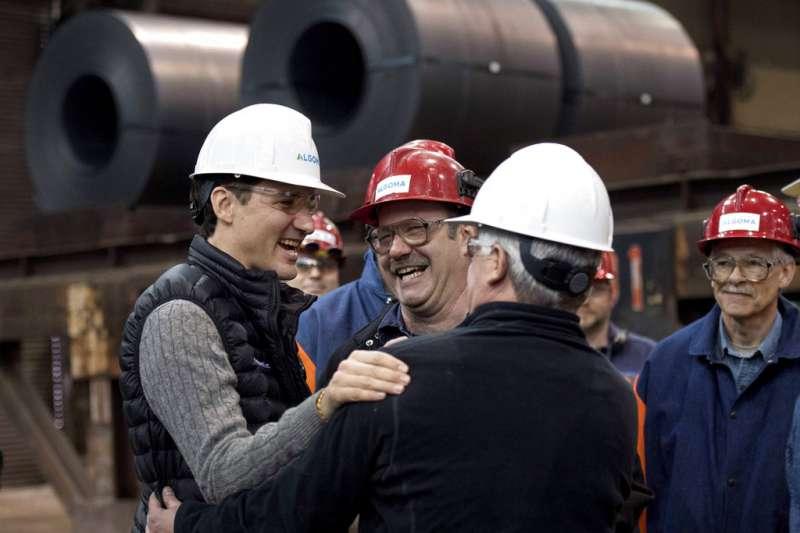 加拿大總理杜魯道到鋼鐵廠探望勞工。(美聯社)