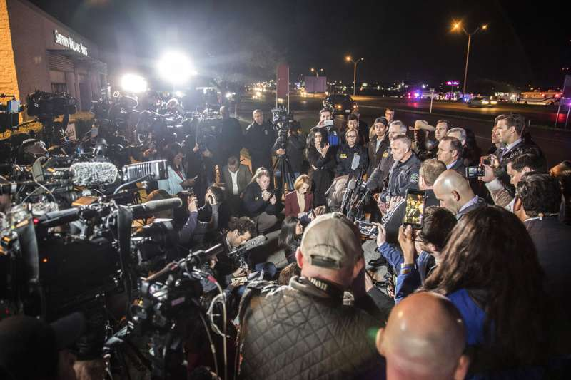 德州連環炸彈客康迪特21日自殺身亡,吸引大批媒體採訪。(AP)
