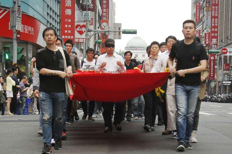 2018年3月19日,李明哲遭中國逮捕一周年,台灣民團遊行聲援,高呼言論自由無罪(AP)
