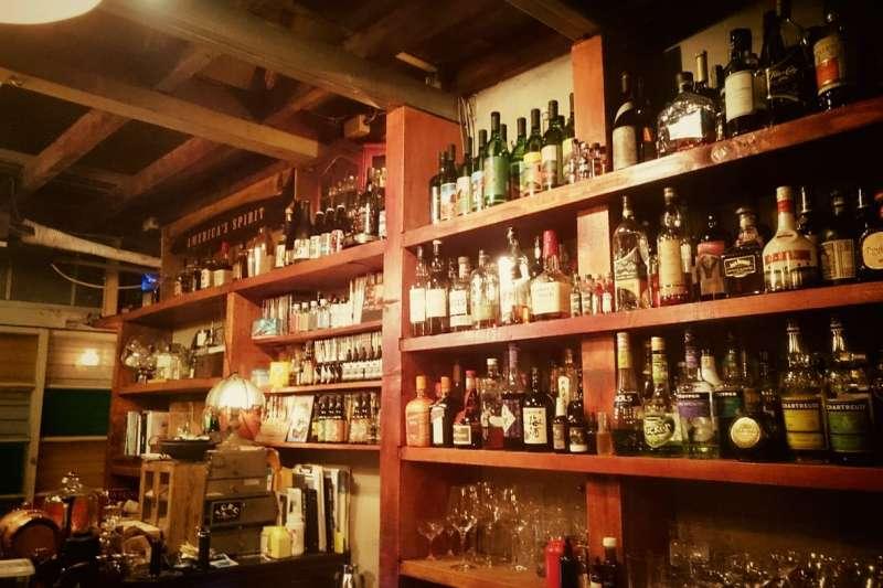 精選五間台南酒吧,不管是獨自漫步在夜幕低垂的台南巷弄,或是想與朋友小酌一番,來府城享受一場微醺之旅吧!(圖/Bar TCRC@facebook)