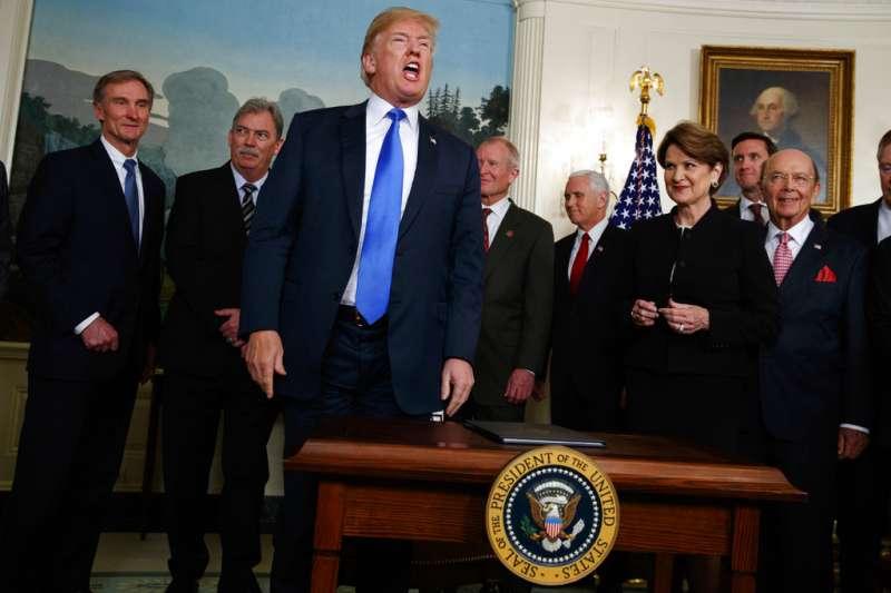 川普簽署總統備忘錄,美國貿易代表辦公室將啟動對中國某些商品的關稅。(美聯社)