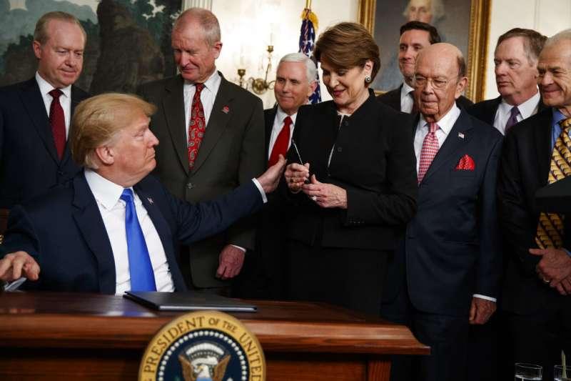 川普簽署總統備忘錄,啟動中美貿易戰。(美聯社)