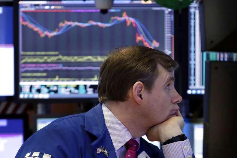 川普簽署總統備忘錄後,美國股市應聲下跌,讓華爾街的交易員們滿面愁容。(美聯社)
