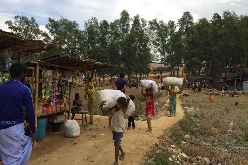 獨立記者楊智強2017年底前往孟加拉羅興亞難民營採訪,目睹羅興亞孩童扛起食物。(楊智強提供)